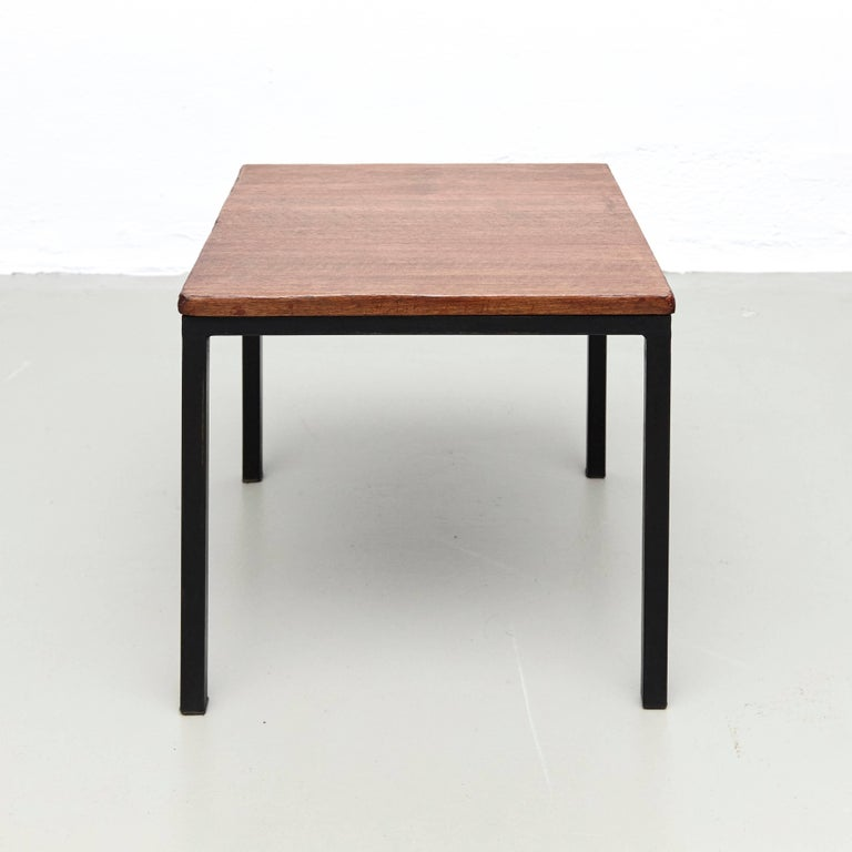 T-angle side table designed by Florence Knoll and manufactured by Knoll. 