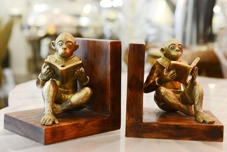 Bookends set of two monkeys readers in hand-carved bronze. On noble wood base. Each piece: L 12.7 x D 10 x H 12.5cm
