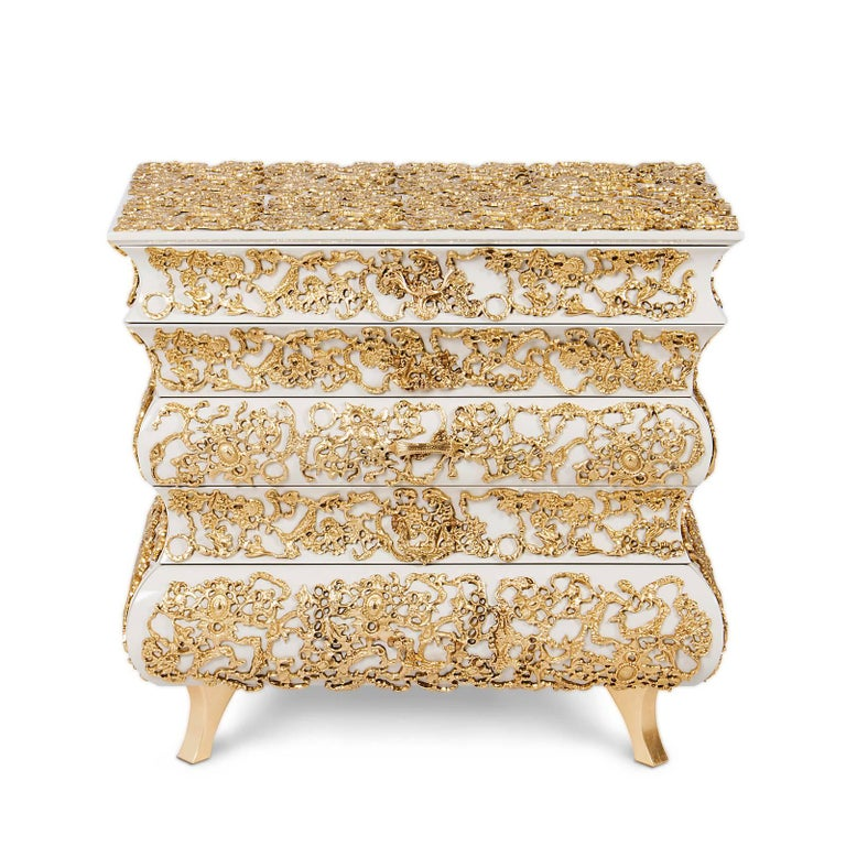 Nightstand Vinci with structure in solid wood and hand-carved brass. All brass structure painted with gold leaf and high gloss varnished. With five drawers. Handles are nickeled and lacquered.