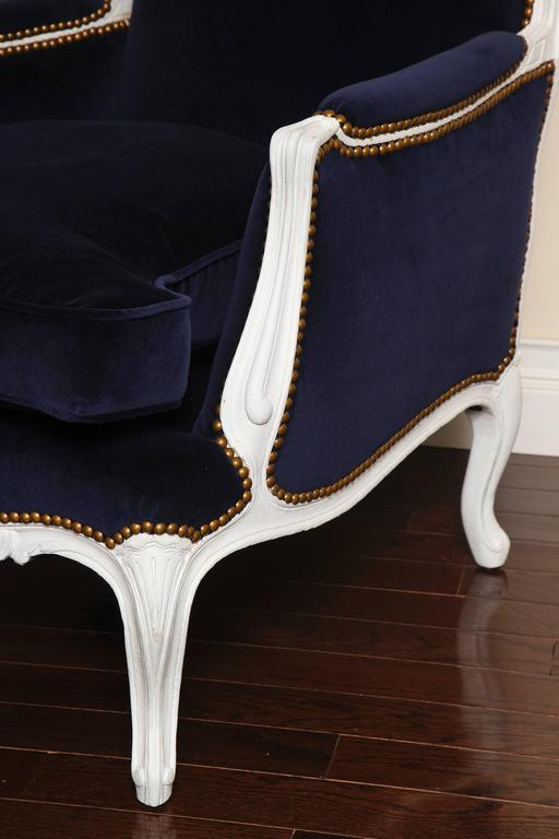 French 19th Century Large Painted White Bergere with Blue Velvet Upholstery For Sale 3