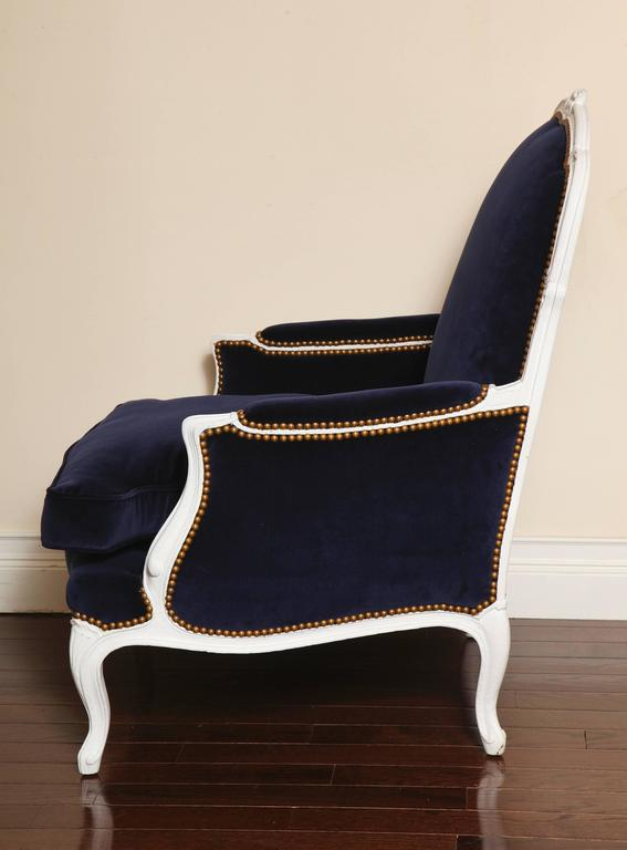 French 19th Century Large Painted White Bergere with Blue Velvet Upholstery For Sale 1