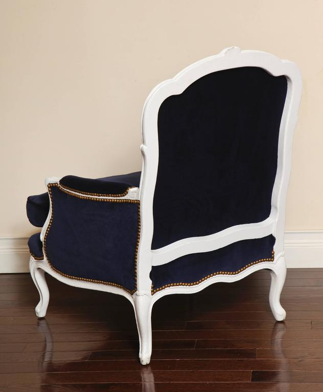 French 19th Century Large Painted White Bergere with Blue Velvet Upholstery In Excellent Condition For Sale In New York, NY