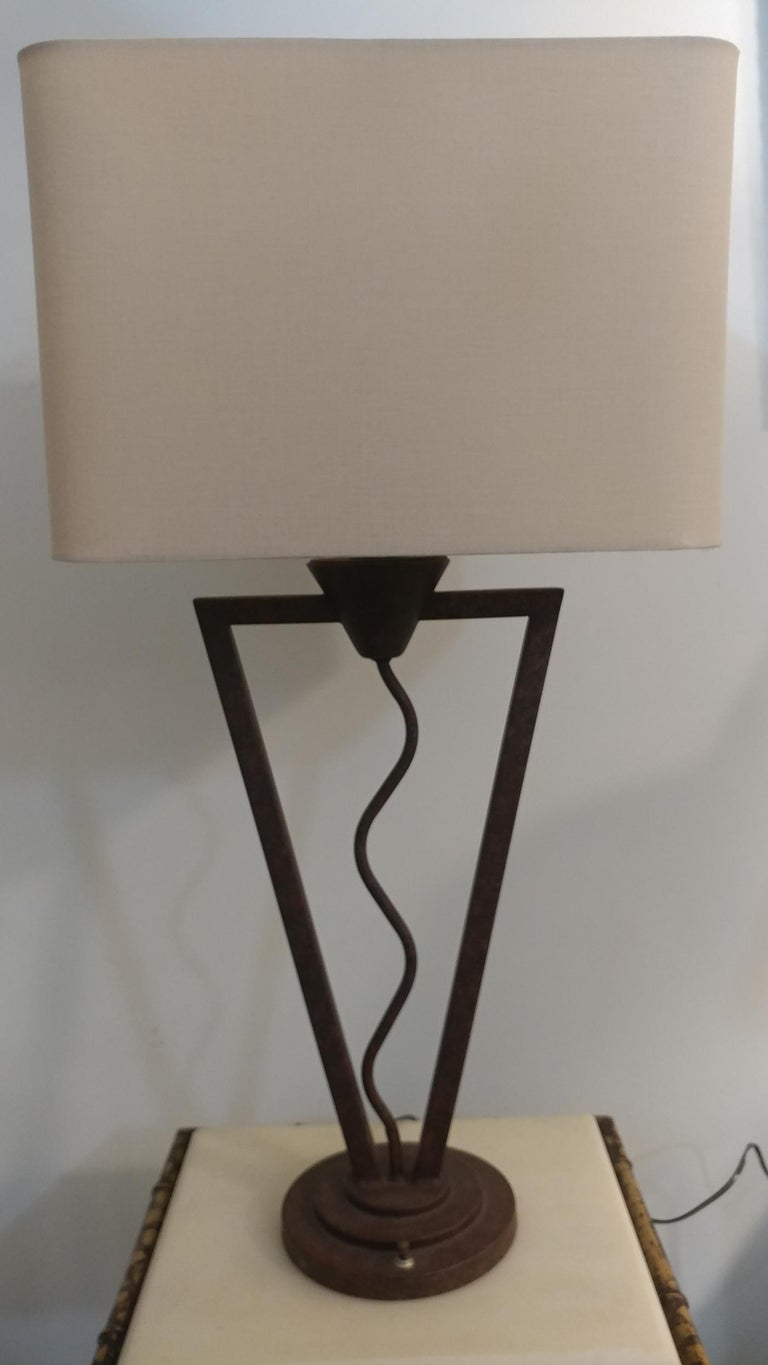 This is a very interesting form table lamp. Postmodern era and reminiscent of the great creator of Memphis movement founder Ettore Sottsass among other works. Painted in rusty tonal metal on a steps base. In great original working order and