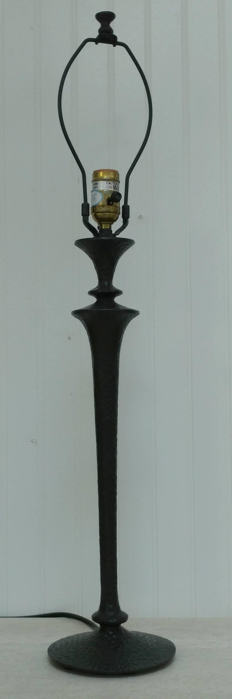 European Giacometti Style Hammered Painted Bronze Table Lamp, Offered by La Porte For Sale