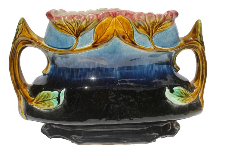 Art nouveau majolica planter with figural flowers for Art nouveau decoration