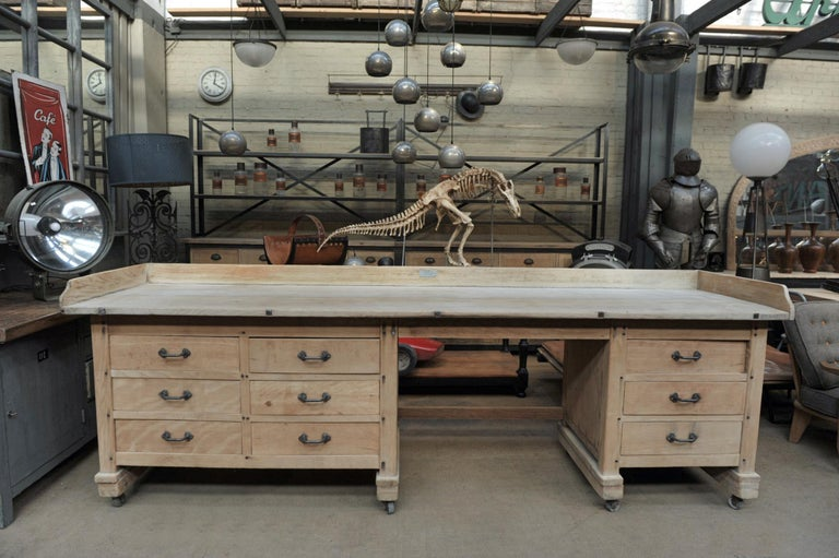 Exceptional Long Baker Work Table with 9 Drawers, circa 1920 In Good Condition For Sale In Roubaix, FR