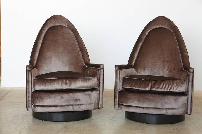 Fantastic pair of sculptural swivel chairs in gray velvet on a black walnut base, designed by Milo Baughman. The chairs have a memory swivel, the chairs automatically return into a centered position after getting up.