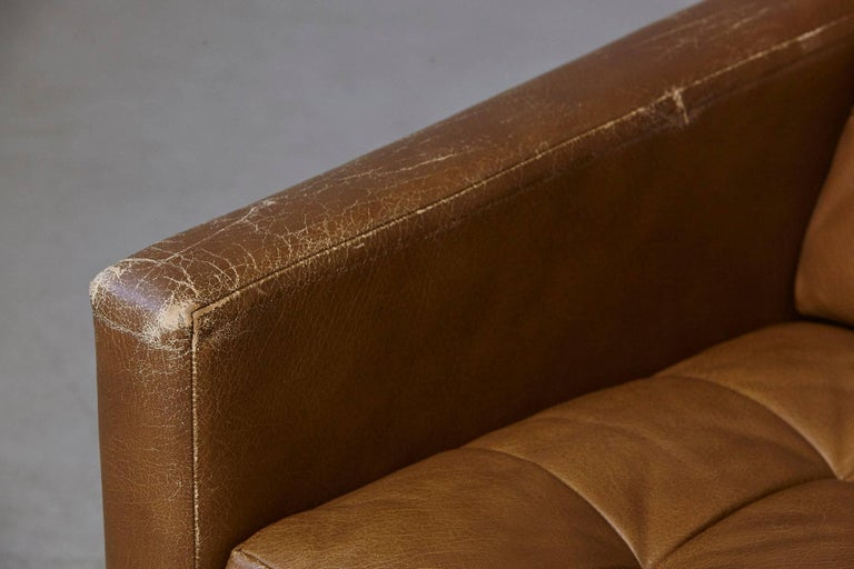 Florence Knoll Tan Leather Button Tufted Lounge Chair, 1970s In Good Condition For Sale In Westport, CT