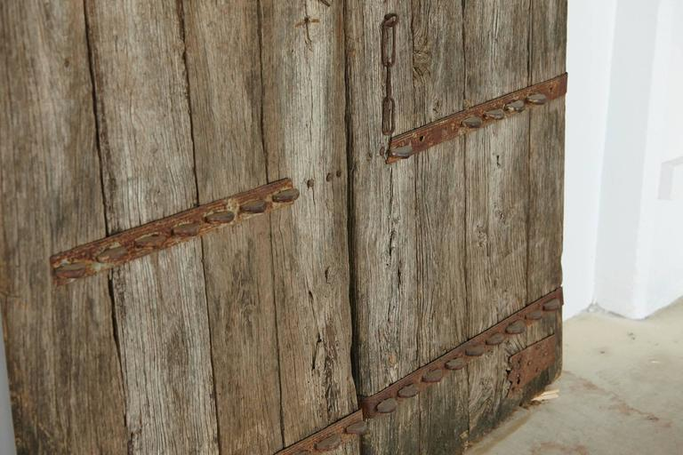 Pair of Large Antique Chinese Oak Gate Doors In Distressed Condition In Pau, FR