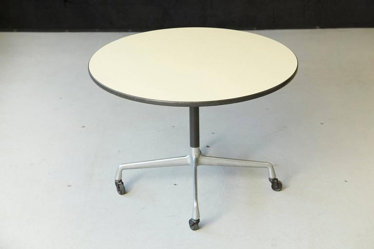 Eames Aluminum Group Round Side Table on Casters for Herman Miller In Good Condition For Sale In Westport, CT