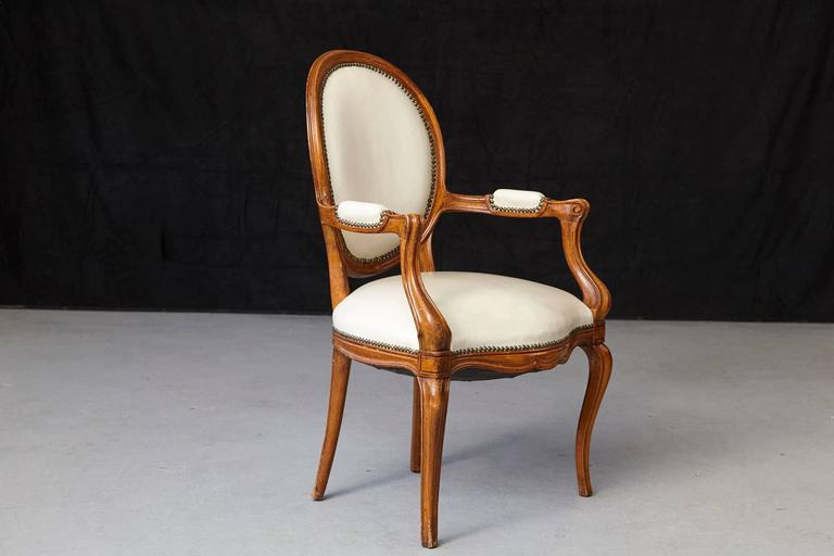 Louis XV Style Walnut Fauteuil in Nail Trimmed Creme Leather In Good Condition For Sale In Weston, CT