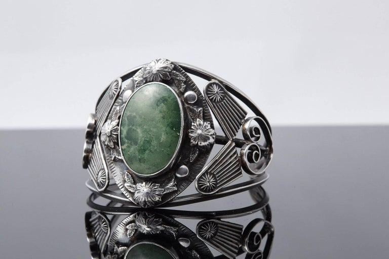 Sterling Cuff with Large Green Centre Turquoise and Elaborated Reliefs, 1940s For Sale 1