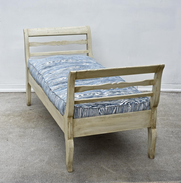 19th Century French Provincial Daybed in Dove Gray Paint For Sale 5