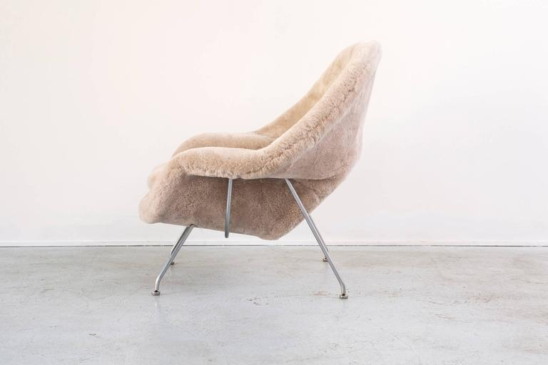 Saarinen Mid-Century Modern Womb Chair by Knoll Reupholstered in Shearling In Excellent Condition In Chicago, IL