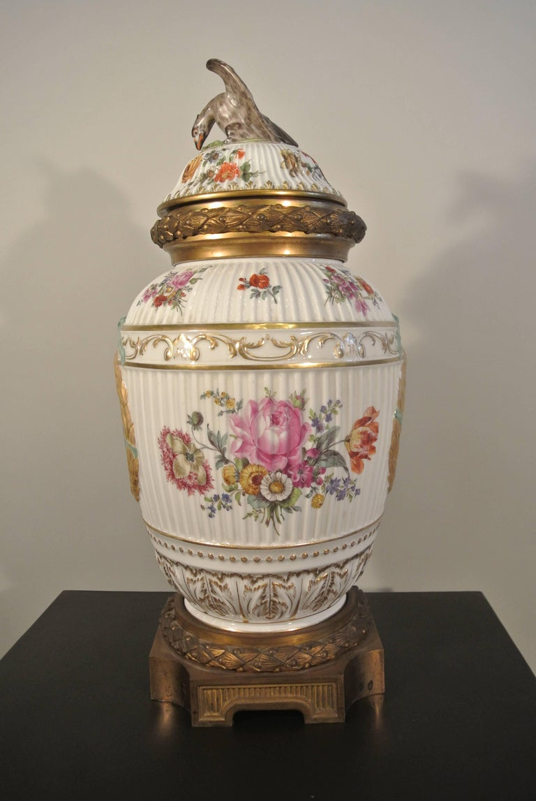 Covered porcelain bronze on gilded bronze base from the 19th century.