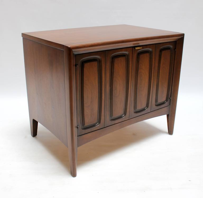 Pair Of 1960s Broyhill Emphasis Walnut Nightstands At 1stdibs