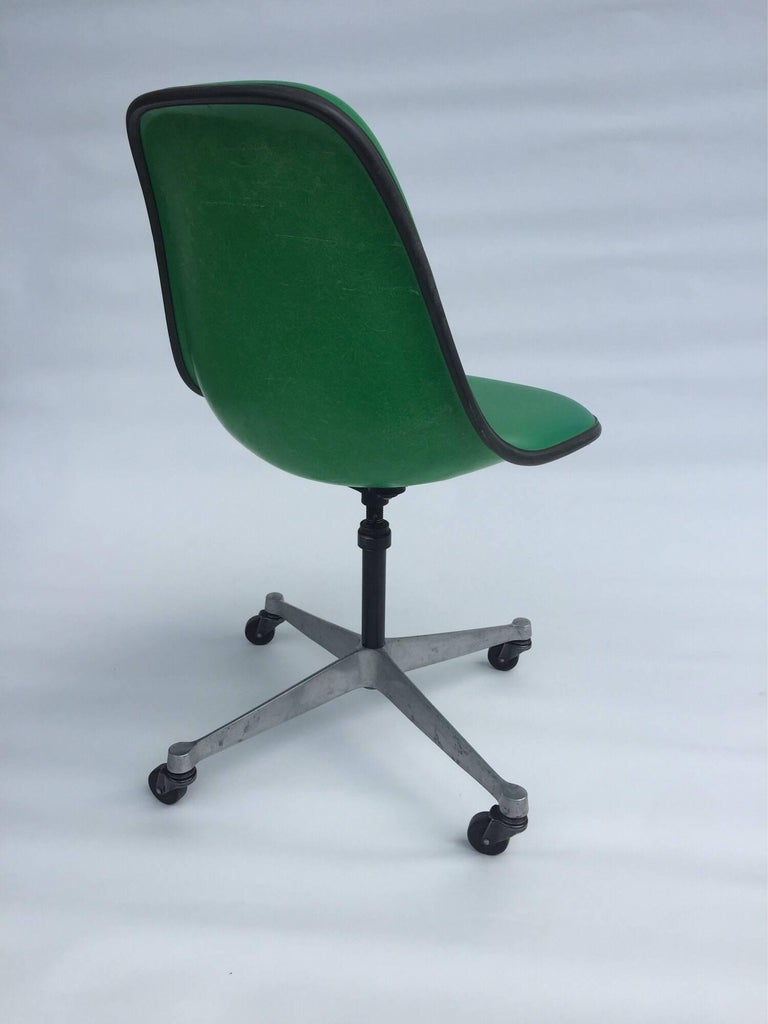 Mid-Century Modern Herman Miller Eames PSCA Swivel Chair For Sale