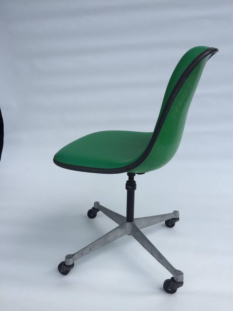 American Herman Miller Eames PSCA Swivel Chair For Sale