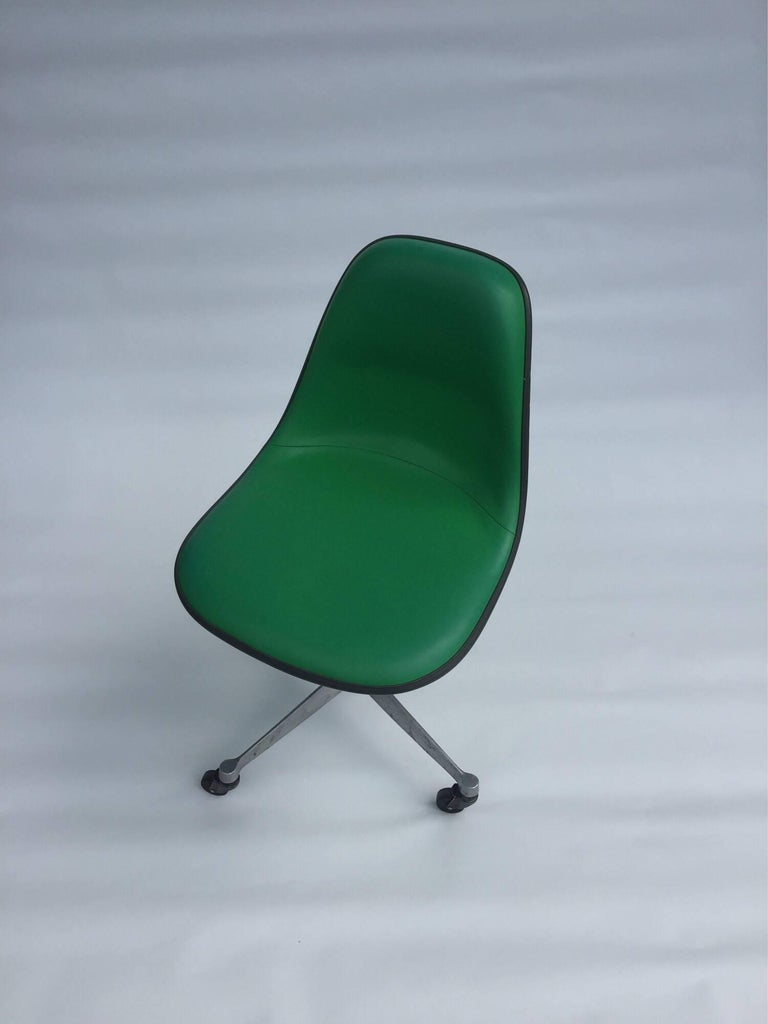 Herman Miller Eames PSCA Swivel Chair In Good Condition For Sale In Brooklyn, NY