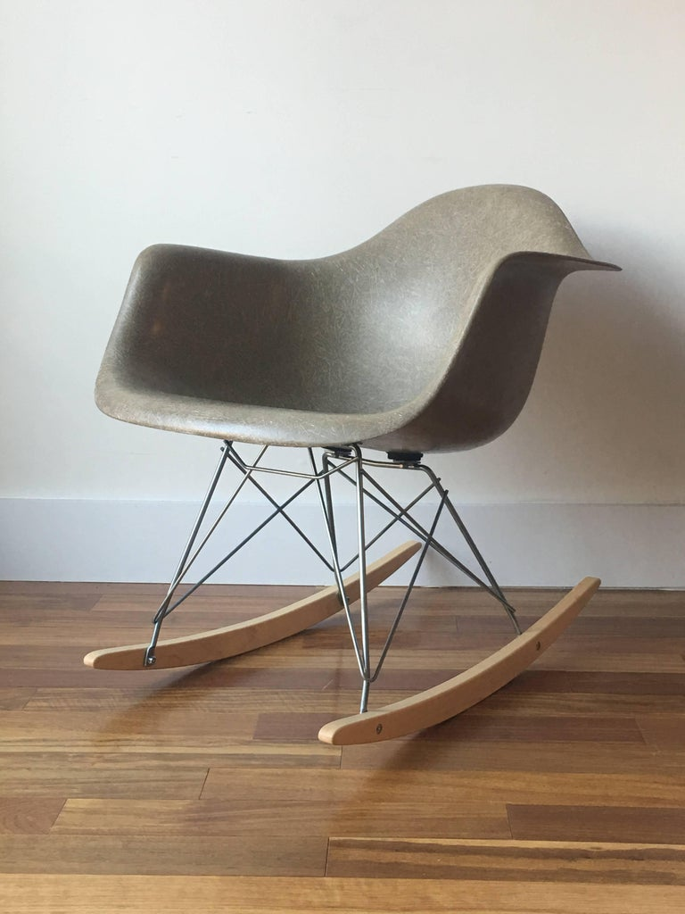 herman miller eames rar rocking chair in raw umber for sale at 1stdibs. Black Bedroom Furniture Sets. Home Design Ideas