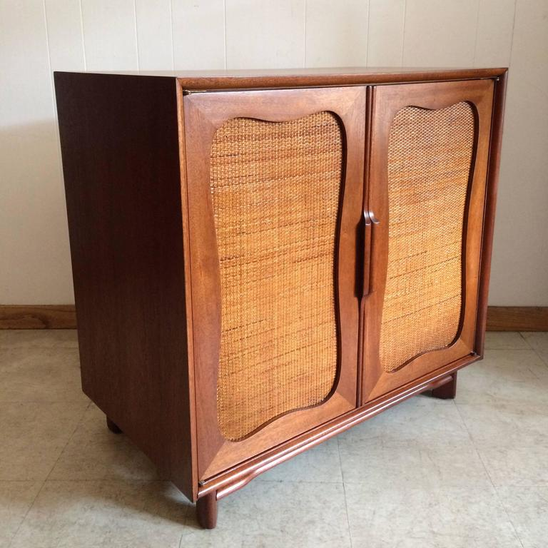 Exceptionnel Mid Century Modern Hickory Furniture Company Rattan Front Mahogany Dresser  For Sale