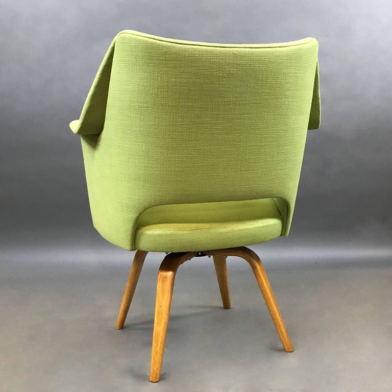 Mid-Century Modern Upholstered Swivel Armchair by Thonet In Excellent Condition For Sale In Brooklyn, NY