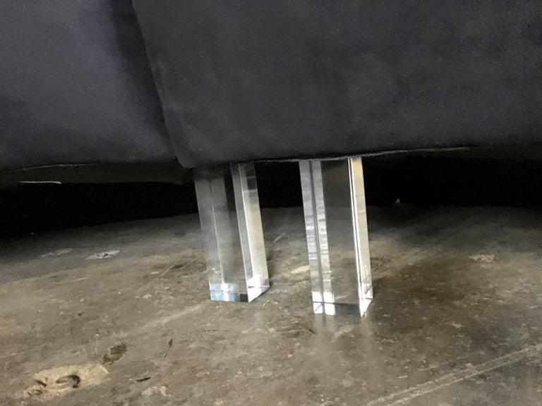 Three-Piece Serpentine Sofa with Lucite Legs, Vladimir Kagan for Weiman For Sale 1