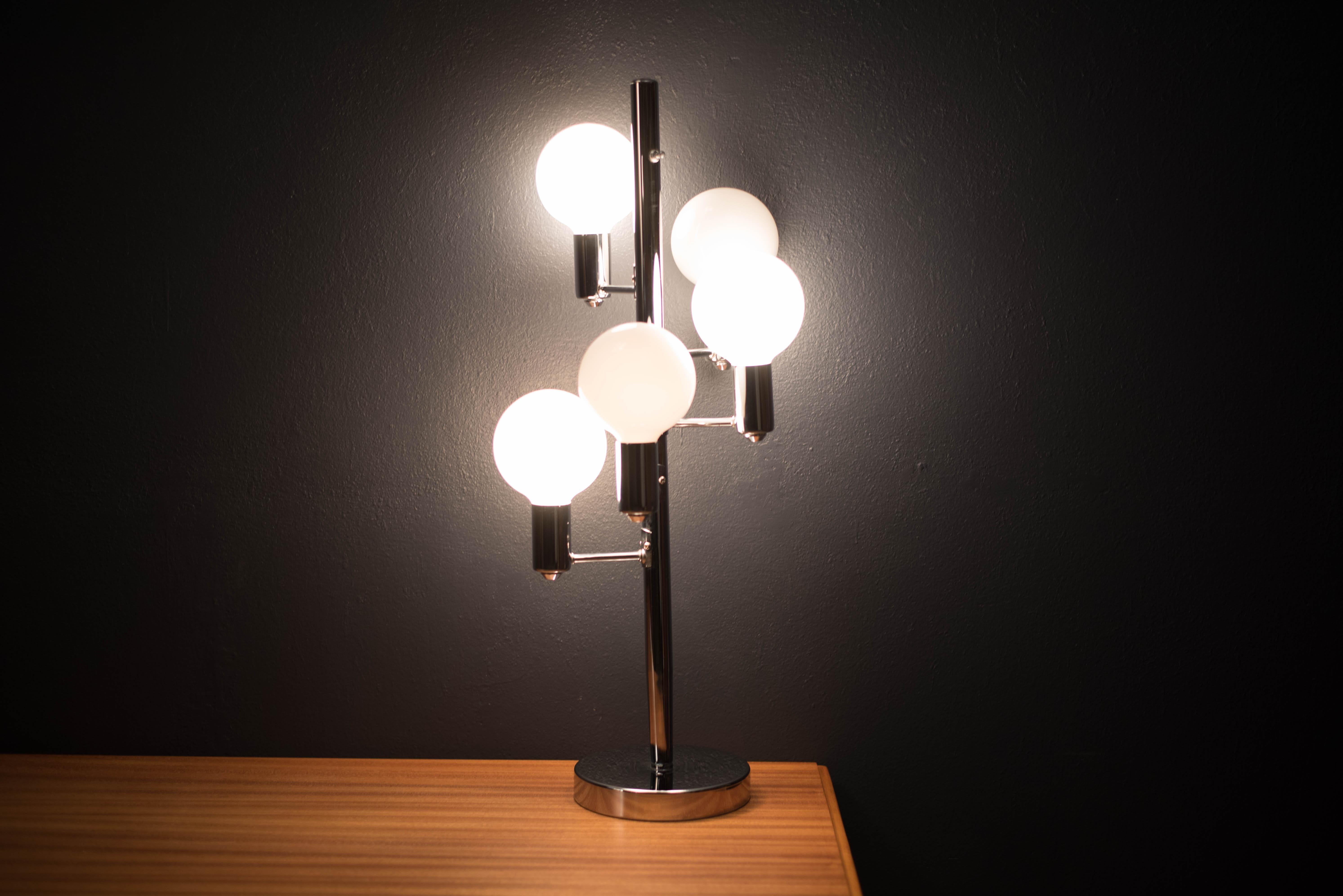 Moderne Lampen 8 : Mid century moderne chrom globe lampe im angebot bei stdibs