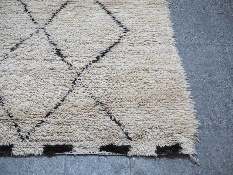 Hand-Woven Vintage Beni Ourain Moroccan Rug with Three Column Diamond Pattern For Sale