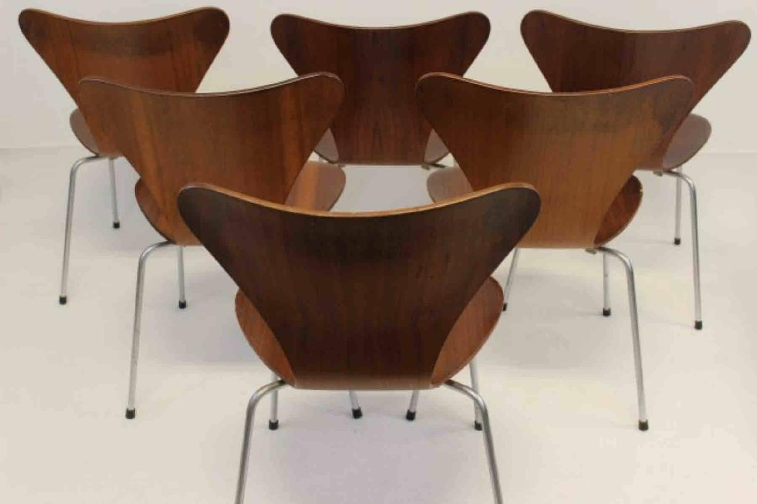 Set of six matching dining chairs by arne jacobsen for for Matching dining room furniture