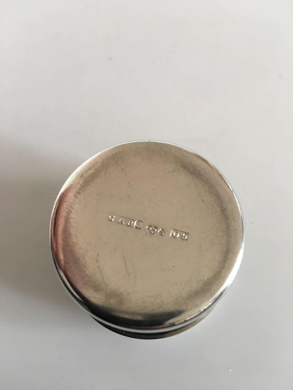 Nice Little Round Pillbox in Silver In Excellent Condition For Sale In Copenhagen, DK