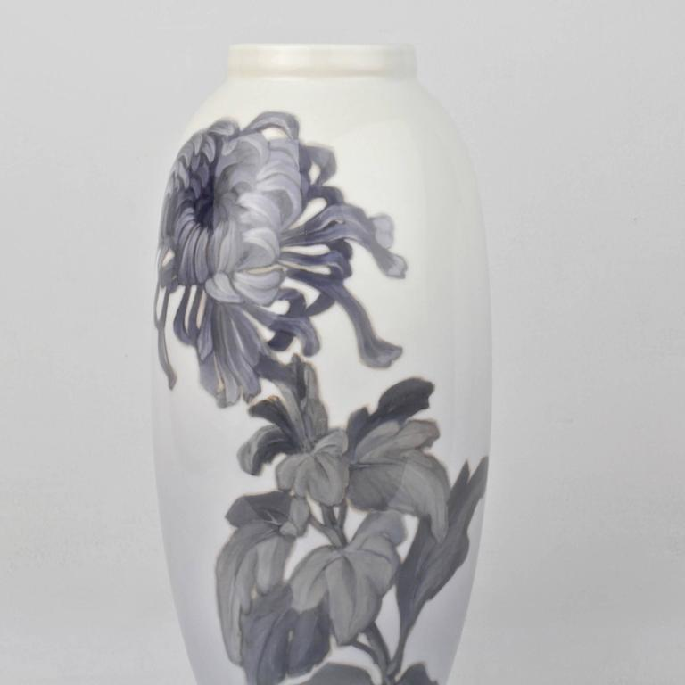Early 20th Century Royal Copenhagen Porcelain Vase with a Large Chrysanthemum In Good Condition For Sale In Philadelphia, PA