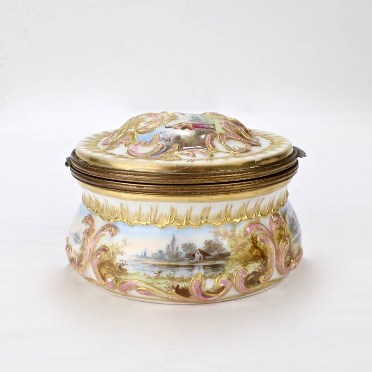 Antique Gilt Paris Porcelain Table Snuff Box or Round Casket by Bloch & Bourdois In Good Condition For Sale In Philadelphia, PA