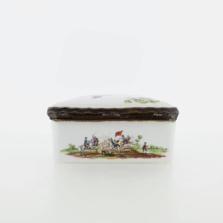 Antique French or German Porcelain Snuff Box with Hand-Painted Military Scenes For Sale 3