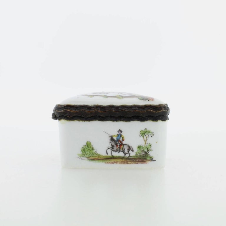 Antique French or German Porcelain Snuff Box with Hand-Painted Military Scenes For Sale 5