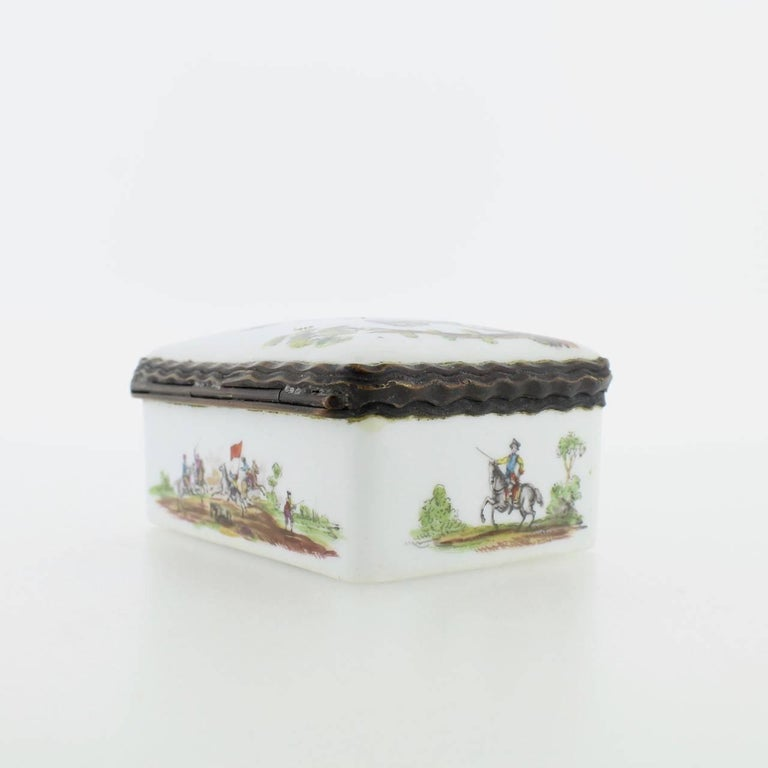 Antique French or German Porcelain Snuff Box with Hand-Painted Military Scenes For Sale 4
