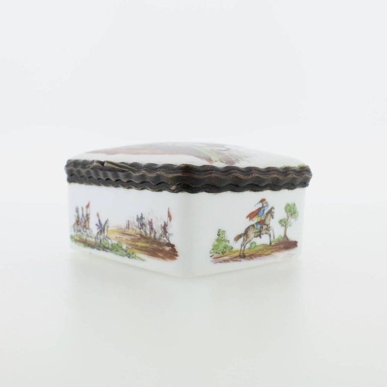 Antique French or German Porcelain Snuff Box with Hand-Painted Military Scenes For Sale 1