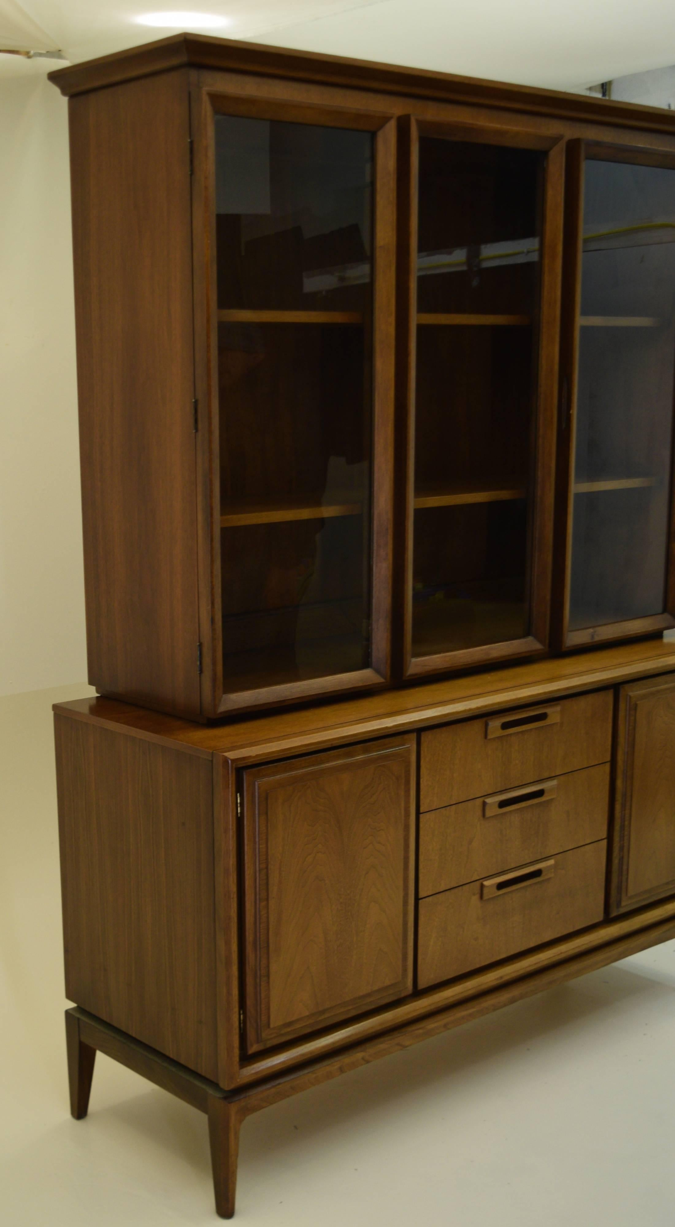 Merveilleux We Have A Dining Table, Credenza And This China Cabinet And Hutch From The  Same