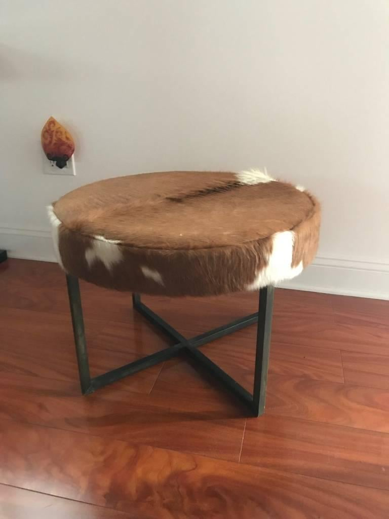 Circular Upholstered Cowhide Bench In Excellent Condition For Sale In North Bergen, NJ