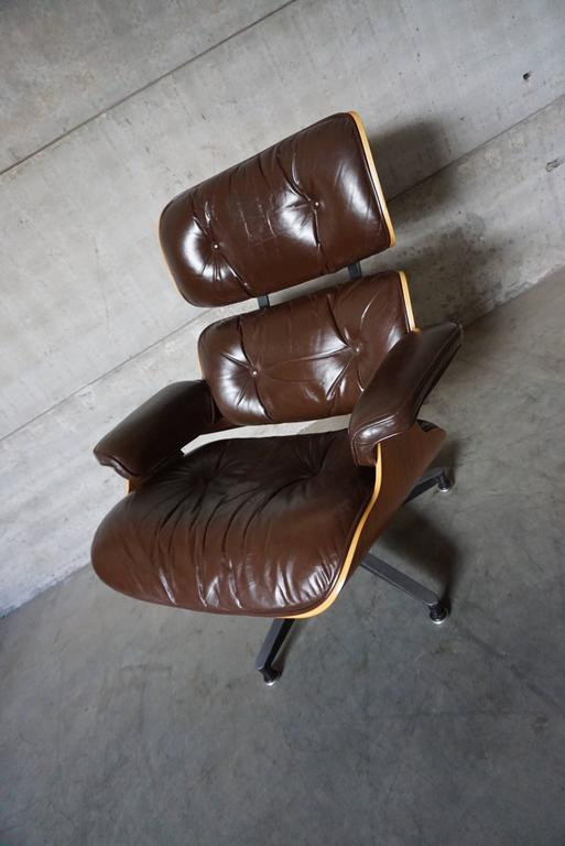 Model 670 Brown Leather Lounge Chair by Charles and Ray Eames for Herman Miller In Good Condition For Sale In Nijmegen, NL
