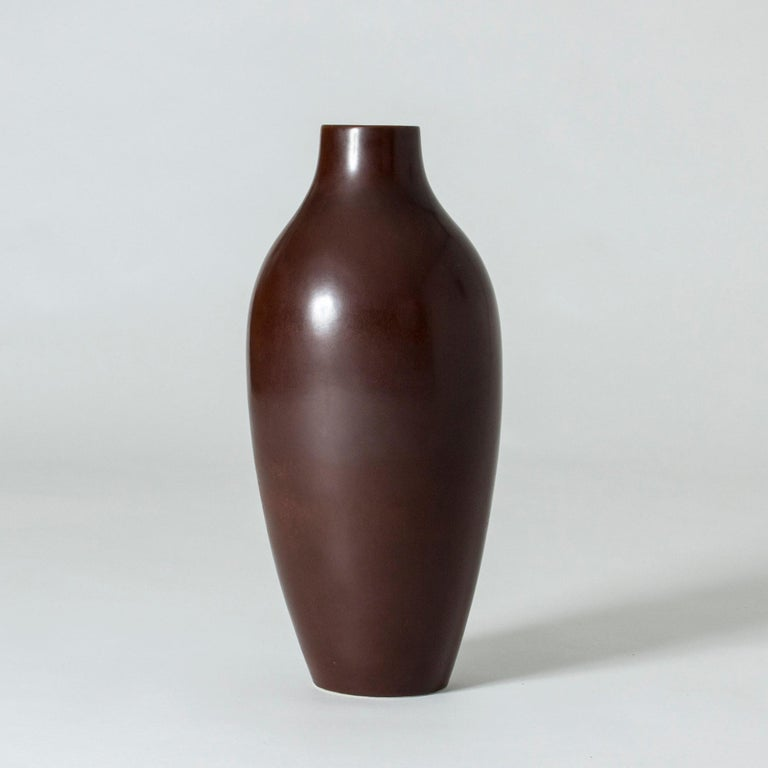 Statuesque stoneware floor vase by Carl-Harry Stålhane, in a simple shape with beautiful and rich dark brown glaze.