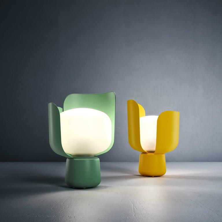 Its name comes from the shape of the lamp, similar to a flower due to its petal shaped blades. Light intensity can be adjusted thanks to the two petals that gently embrace the diffuser, rotating on the base to shield the glare depending on personal