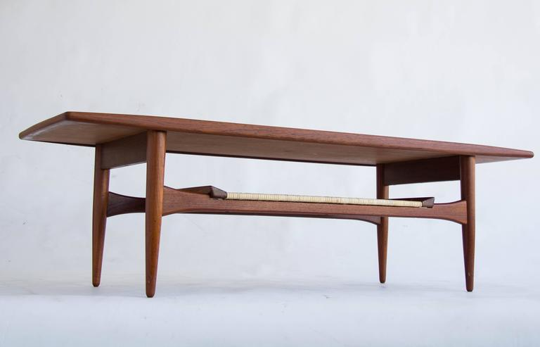 Elegant Surfboard Style Coffee Table Manufactured For MM Moreddi Of  California In The 1960s.