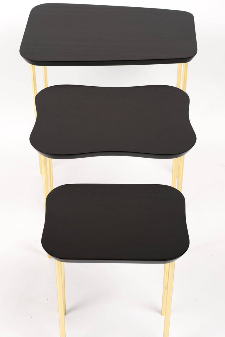 Charak Modern Set of Three Nesting Tables in Lacquered Mahogany and Brass In Excellent Condition For Sale In Los Angeles, CA