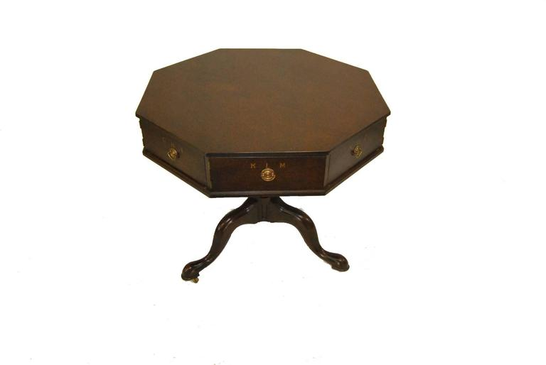 A beautiful mahogany rent table by Kittinger. This table is part of the Jefferson collection that was authorized by the Thomas Jefferson Memorial Foundation. It is a reproduction of the original table which was used by Thomas Jefferson and is
