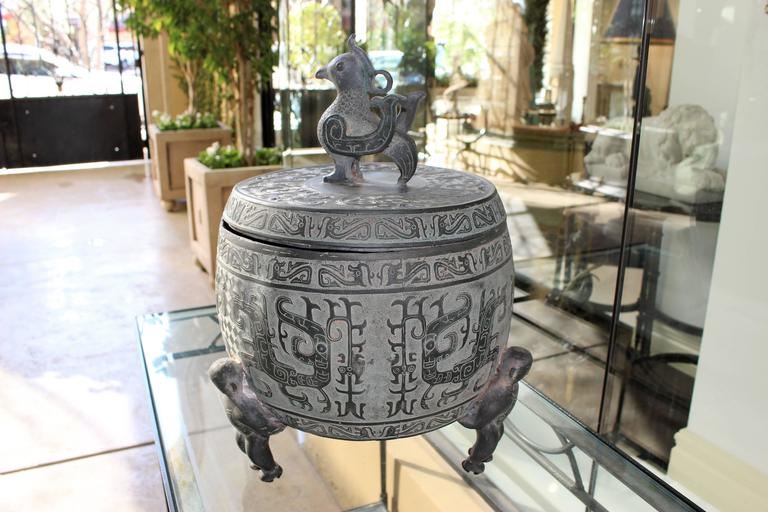 Chinese Barrel-Form Brass Urn with Traditional Archaistic Ornamentation and Lid For Sale 1