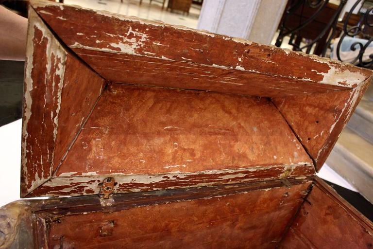 18th Century Italian Wooden Carved Sarcophagus-Shaped Chest with Reliquary For Sale 1