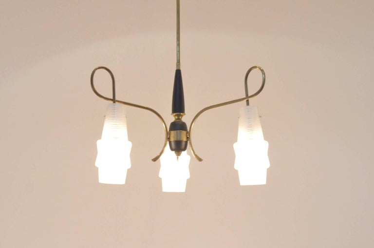 Mid-Century Modern Italian Design Brass Glass 1950s Organic Chandelier In Excellent Condition For Sale In Brussels, BE