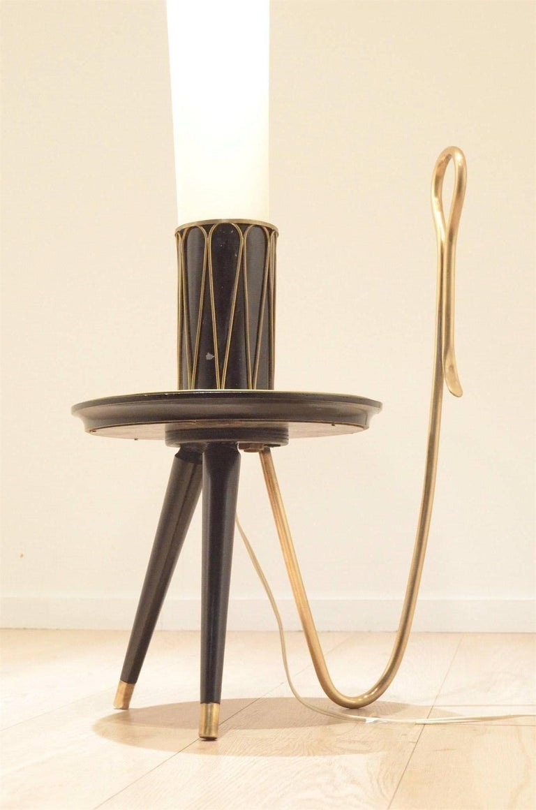 Highly decorative Mid-Century floor lamp originating from Italy. Qualitative matching of brass / lacquered and varnished wood / textile diffuser / painted metal.