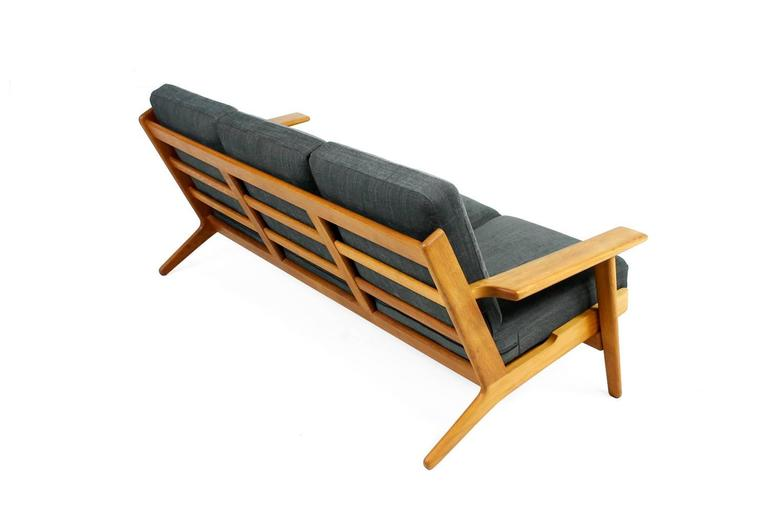 Mid-20th Century Hans J. Wegner Oak Sofa Mod. Ge 290 for Getama, 1960s Danish Modern Design For Sale